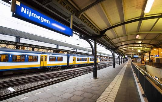 Het station van Nijmegen, met aan de overzijde het 'eilandperron'.