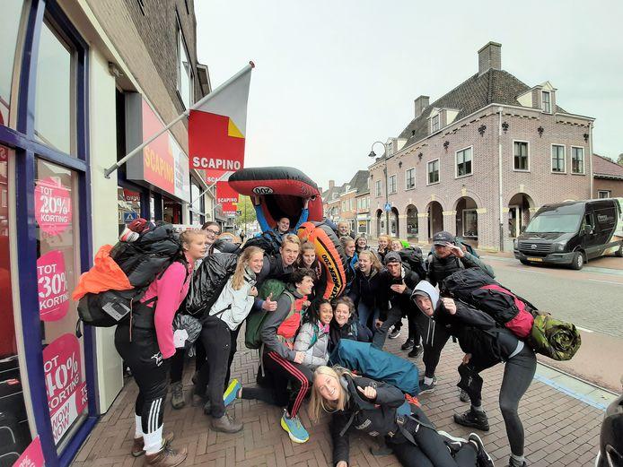 Met de boot van Rhenen naar Wageningen. Zefanja Joosten (3de van links): ,,55 kilometer gelopen. Iedereen was super kapot. Maar het was heel erg gezellig.''