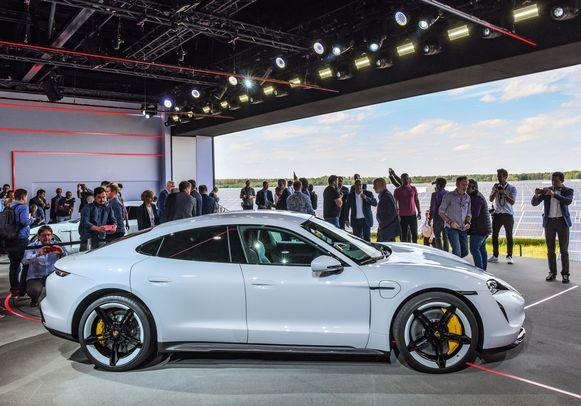De Porsche Taycan, de eerste elektrische wagen van het merk.