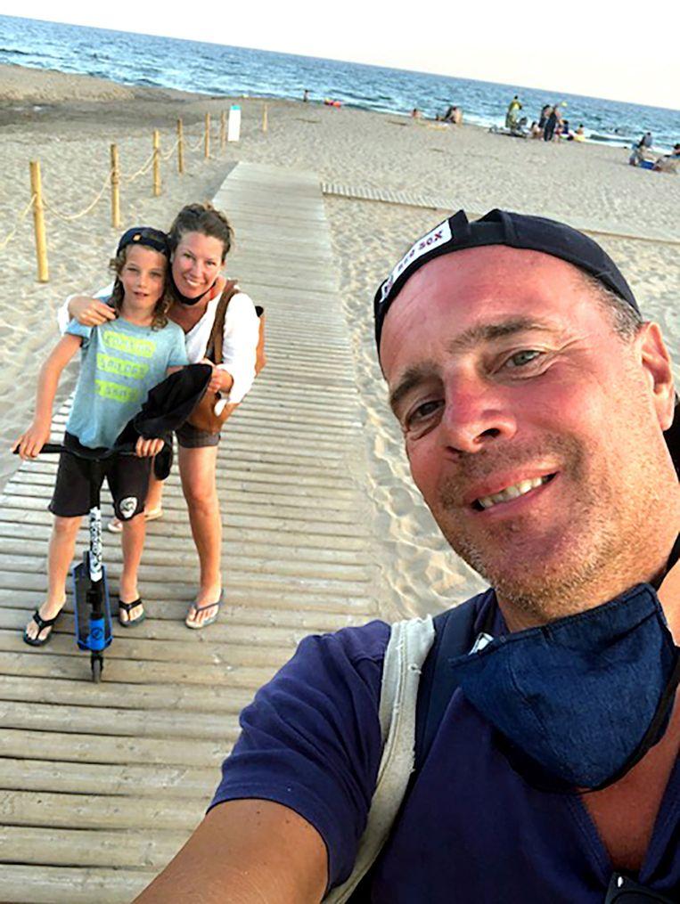 Robert Dijkhuis samen met vriendin José en zoon Xavier op het strand van Castelldefels, bij Barcelona. Beeld Privéfoto