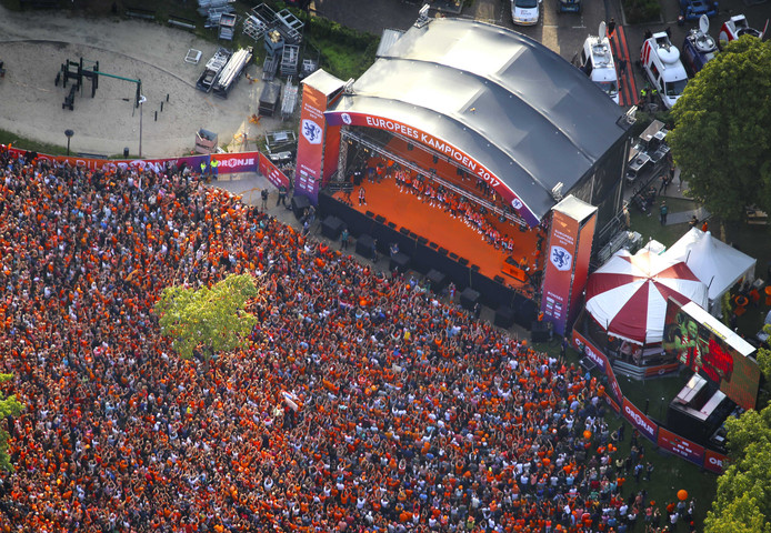 Luchtfoto van de huldiging van de Nederlandse Oranjevrouwen.