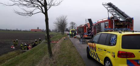 Auto belandt in sloot naast Stoofdijk in Klundert