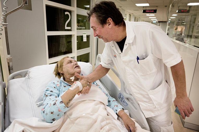 Arts Hugo Schouten met patiënt in het Antonius Ziekenhuis. Beeld Daniel Rosenthal