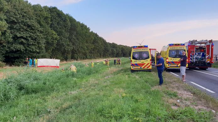 Hulpdiensten in actie na het ongeval.