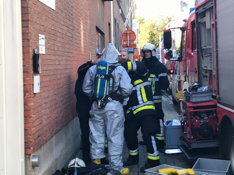 De brandweer onderzoekt wat er mis is in de school.