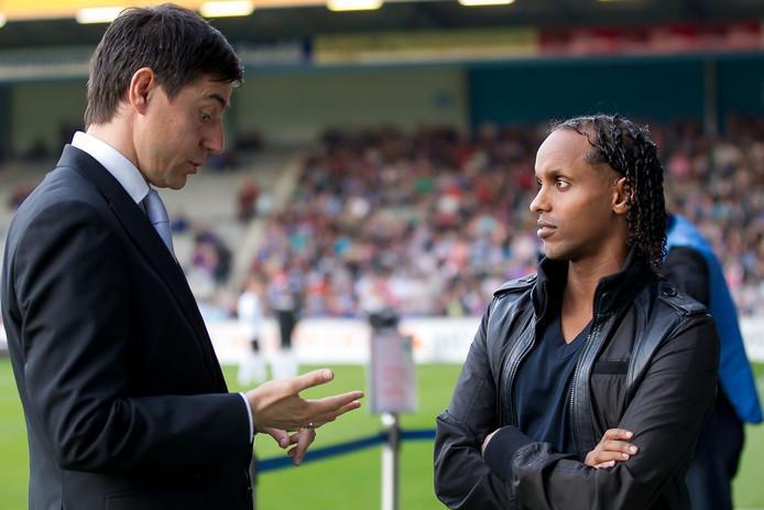 Youssouf Hersi (r) als speler van De Graafschap in gesprek met trainer Darije Kalezic.