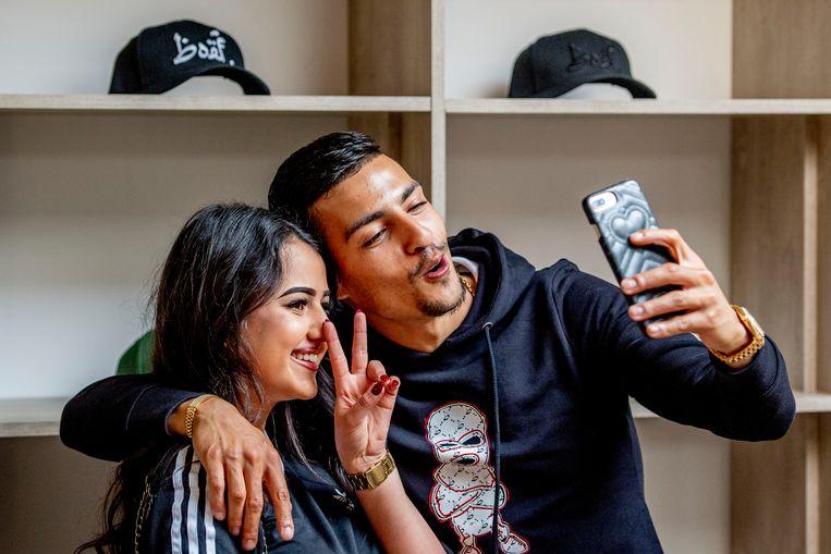 Rapper Boef met een fan in zijn pop-up kledingwinkel in Amsterdam. Beeld ANP