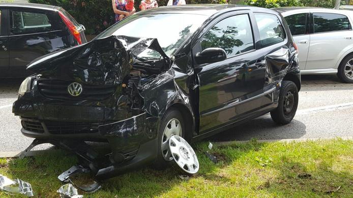 De auto is zwaar beschadigd door het ongeval.