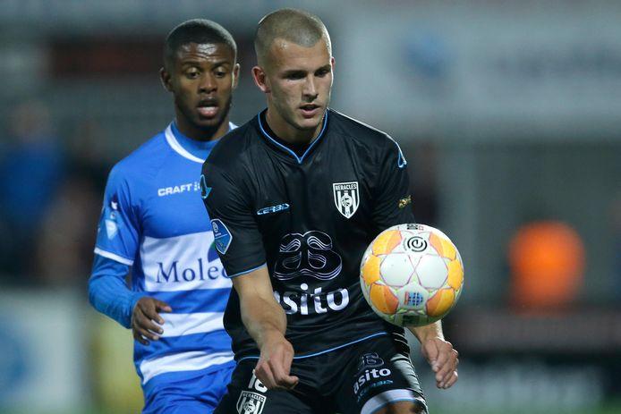Jesper Drost, hier in het shirt van Heracles in duel met Kenneth Paal, heeft zijn handtekening gezet onder een contract voor een jaar (met een optie) bij zijn voormalige club PEC Zwolle.