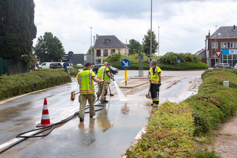 De brandweerzone Vlaams-Brabant West kwam ter plaatse om de straat vrij te maken.