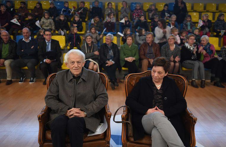 Directeur Jean-Louis, met zijn vrouw Diane, werd bij zijn afscheid in de bloemetjes gezet
