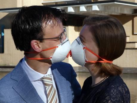 Trouwen in coronatijd: Zeeuwse bruidskus met mondkapje op