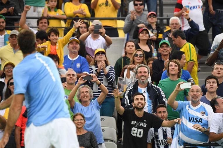 Veel Brazilianen op de tribune tijdens de tenniswedstrijd van Argentijn Del Potro. Beeld afp