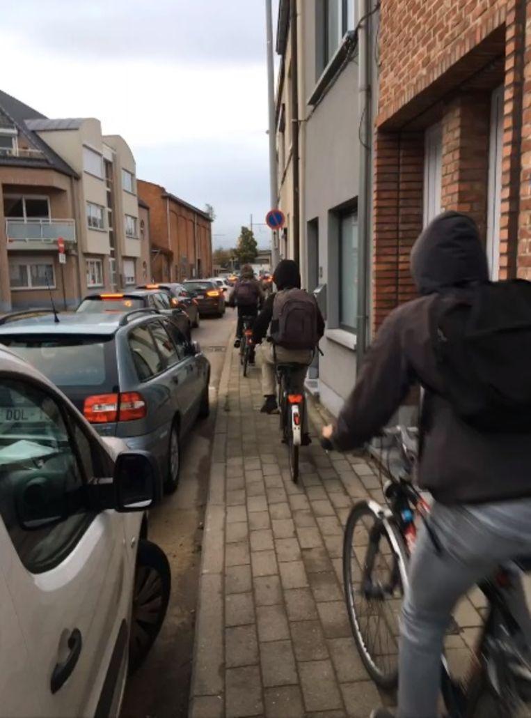 Onder andere in de Bakkerstraat deden zich door de verkeerschaos gevaarlijke situaties voor. Fietsers moesten er over het voetpad rijden, omdat er anders geen doorkomen aan was.