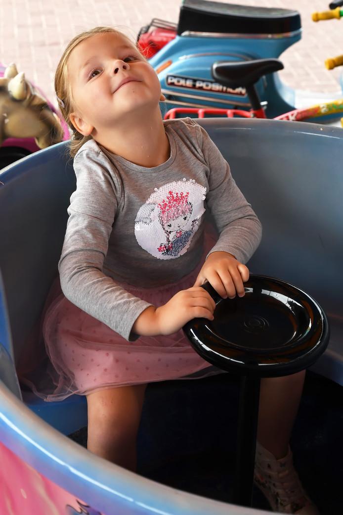 ETTEN LEUR, Kermis op het Van Bergenplein, de 3 jarige Isabelle gaat voor de 3e keer de draaimolen in en haalt er haar neus niet voor op!. Foto Pix4Profs/Jan Stads