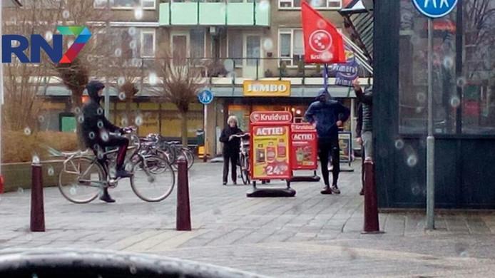 Jongeren verjagen een filmploeg van RN7 uit winkelcentrum Leuvensbroek.