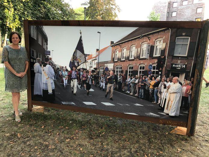 Lianne Wijnen bij haar foto van de Handelse processie.