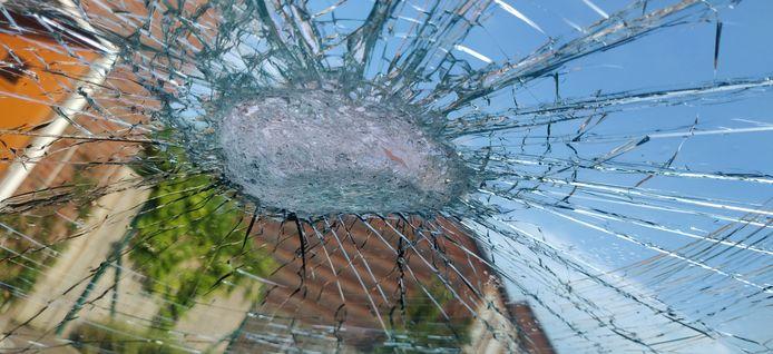 De beschadigde auto, die door een vaas werd getroffen op de Kasteel-Traverse in Helmond