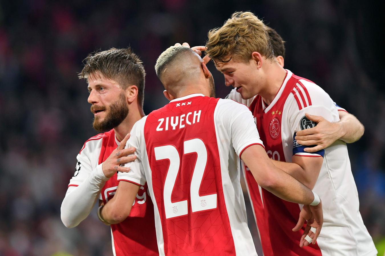 De Ligt en Ziyech hielpen Ajax bij rust aan een 2-0-voorsprong.