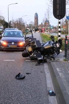 Onopvallende politieauto rijdt motorrijder aan in Helmond, man moet gewond naar ziekenhuis