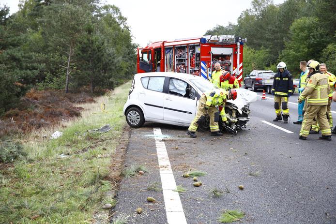 Op de A28 knalde zaterdagochtend een auto tegen een boom.