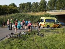 Wielrenner schrikt van vrachtwagen en breekt sleutelbeen bij val