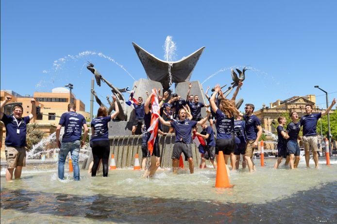 Het Eindhovense team viert de binnenkomst in de fontein.