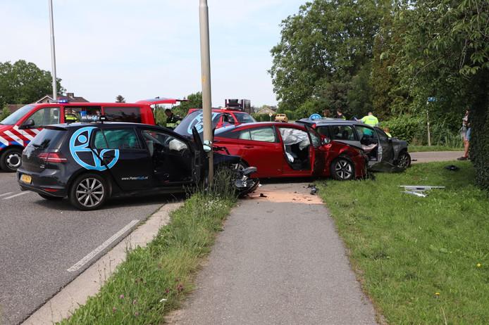 De drie auto's liepen flink schade op bij het ongeval op de Tielseweg. De zwarte auto is de auto van rijschoolhouder Pieter Kuijk.