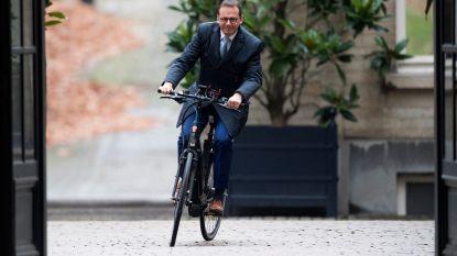 VIDEO. Wouter Beke kwam met de fiets naar de koning, hoe kwamen de andere politici?