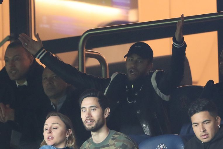 Neymar in de tribune tijdens het duel tegen Manchester United.