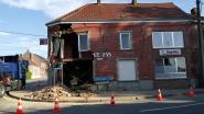 Café verwoest na ongeval: wagen boort zich in gebouw
