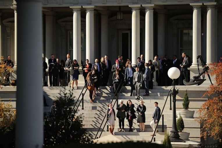 Ambtenaren van de Obama-regering hopen een glimp op te vangen van Donald Trump als deze het Witte Huis bezoekt. Beeld getty