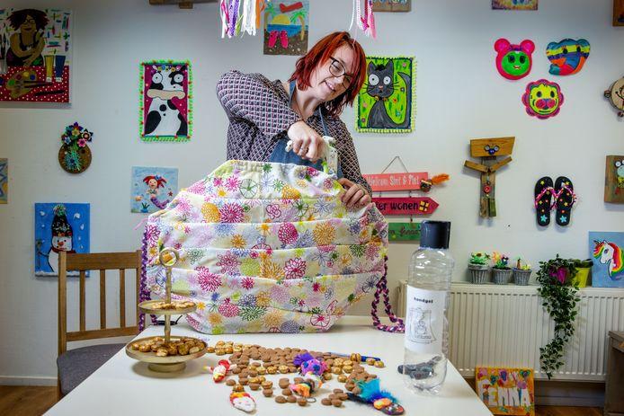 Melissa Haas geeft workshops surprises maken in haar atelier en laat zien hoe je een reuzenmondkapje kan maken.