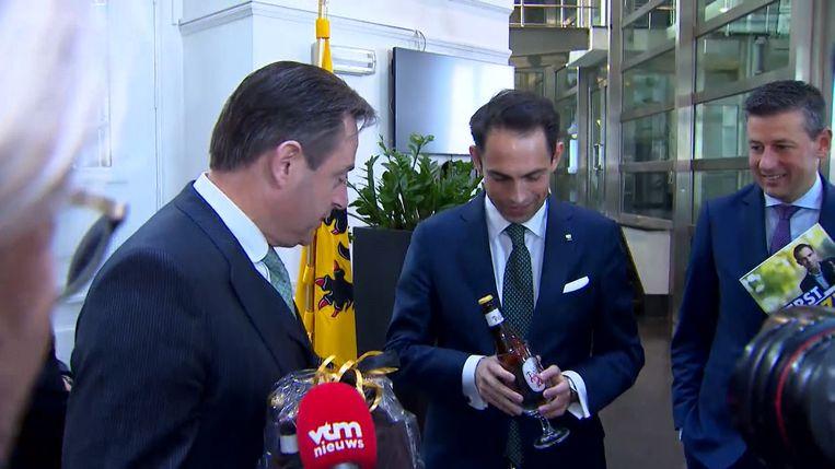 Bart De Wever geeft en krijgt geschenken