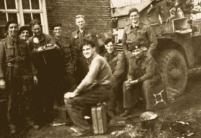 Angus Mitchell, geheel rechts, die wordt beschouwd als bevrijder van Boxmeer, maar volgens 'Tot frontgebied verklaard' pas arriveerde toen een andere eenheid de Duitsers al had verjaagd.