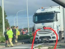 Fiets belandt onder vrachtwagen, fietser slechts lichtgewond