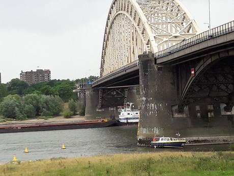 Opvarenden gestrande boot Waalbrug gered door abseilende hulpverleners