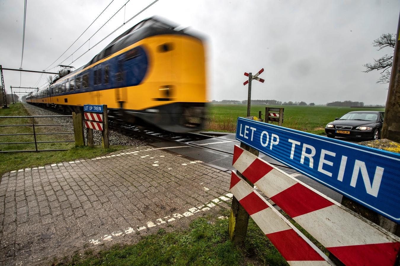 De spoorwegovergang in de Oude Allee in Olst moet in 2022 beveiligd zijn met spoorbomen.