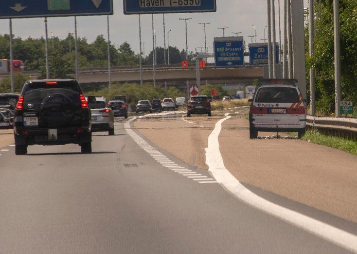 De houten politiewagen op de E17 moet het verkeer afremmen.