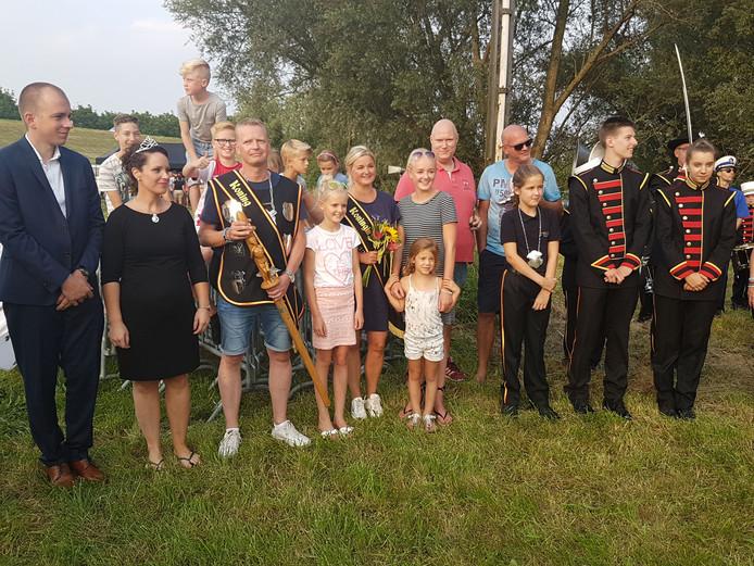 Niels Sparnaaij, de nieuwe schutterskoning van Gendt (met koningsstaf) met zijn gezin te midden van de leden van de schutterij.