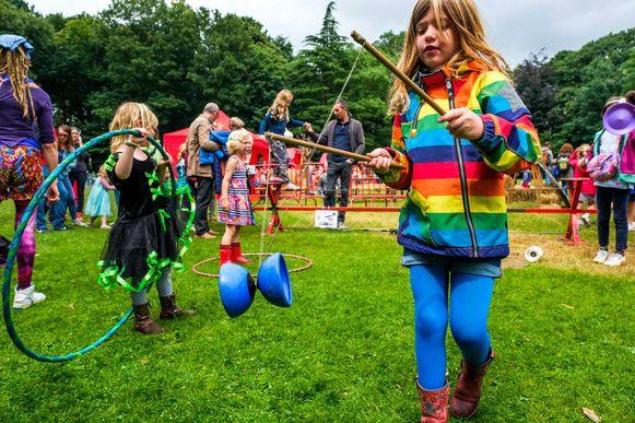 Een meisje oefent met een diabolo in het Te Boelaarpark.