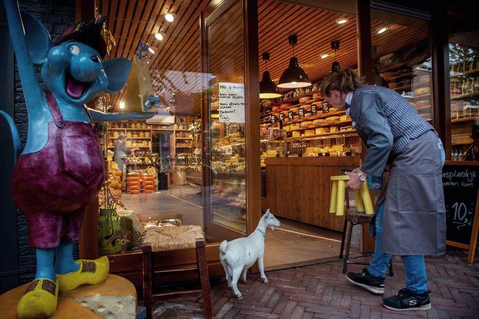 Bij kaas- en notenwinkel Verkleij in het centrum van Wijchen is een zitplek voor de deur ingericht.