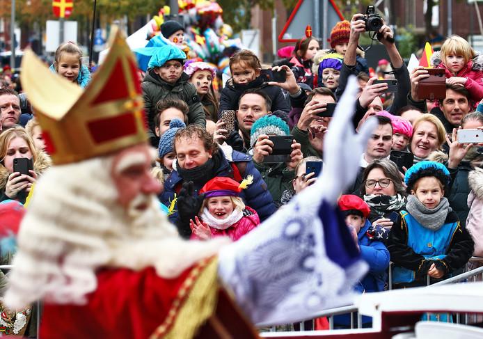 Sinterklaas zwaait naar het publiek in Apeldoorn tijdens de intocht van Sinterklaas.