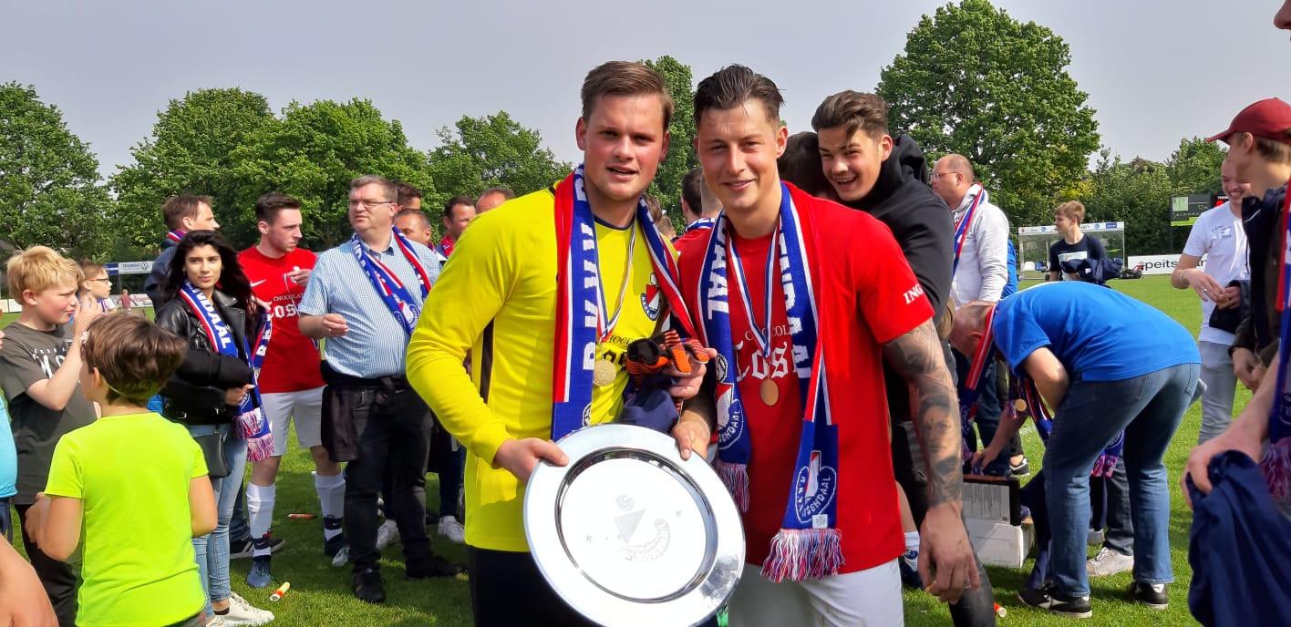 Doelman Roy de Weert (links) en Wesley van Zundert poseren met de kampioensschaal van Roosendaal.