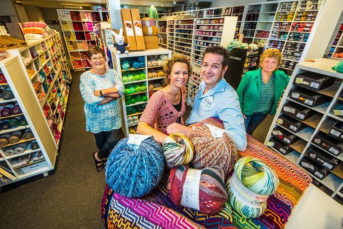 Medewerkster Dinie Broekhuis, de eigenaren Brigitte van Heumen en Jim Tienkamp en medewerkster Yvonne Baalhuis (vlnr) in de Wolkast.