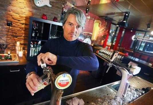 Ahoy-directeur Peter van de Veer tapt een biertje in het Vrienden van Amstel Live Café.