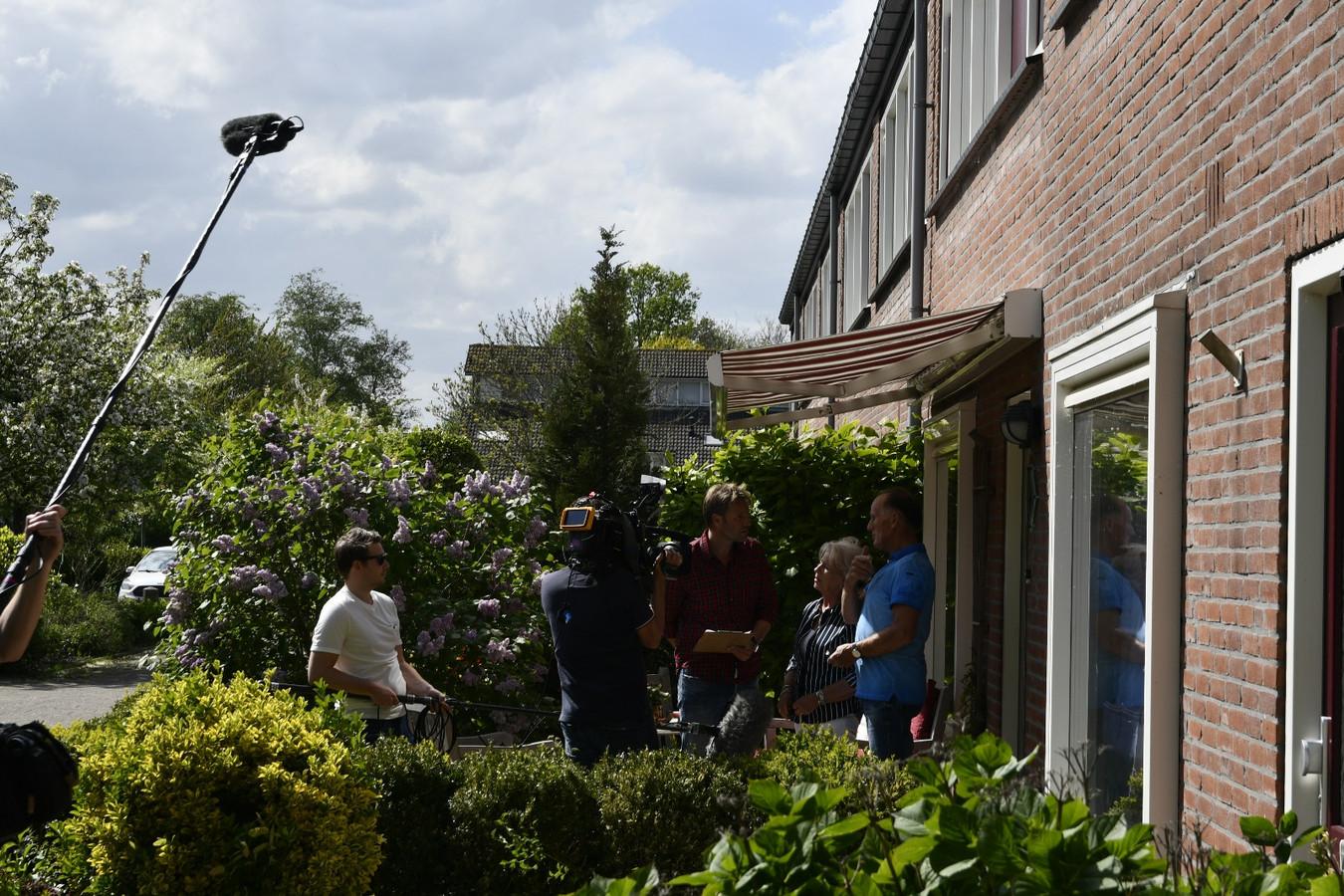 Het programma Mr. Frank Visser bezoekt de Begoniastraat in Roelofarendsveen.