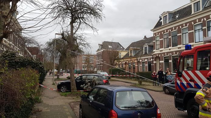 De brandweer behoedde een BMW aan de Sint Jurriënstraat in Deventer voor veel schade.