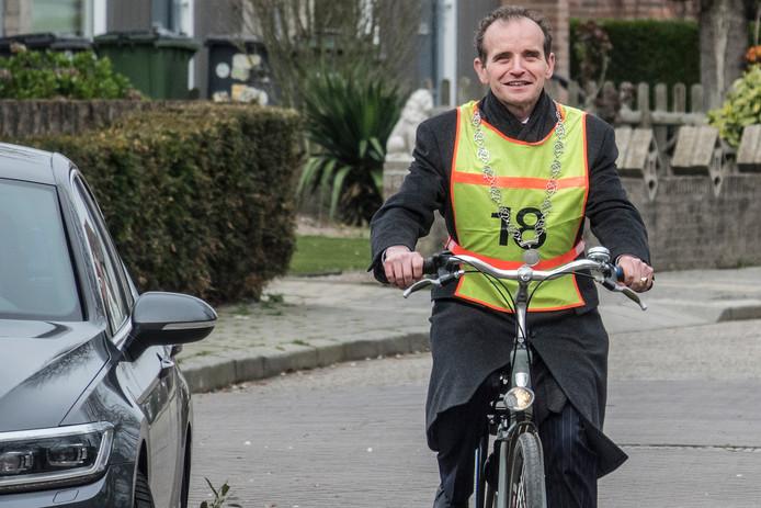 Burgemeester Mark Slinkman van de gemeente Berg en Dal doet verkeersexamen bij basisschool Op Weg in Ooij.
