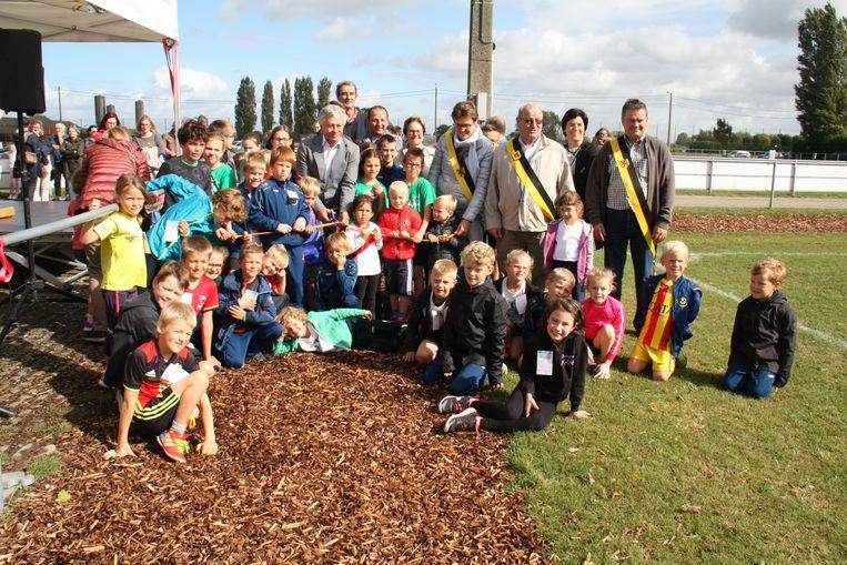 Deze kinderen mochten de nieuwe Finse looppiste officieel inlopen.